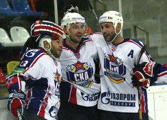 Нападающие СКА Максим Сушинский, Андрей Зюзин и защитник СКА Сергей Зубов (слева направо), архивное фото