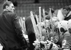 Главный тренер команды СКА (Ленинград) Николай Пучков у скамейки запасных, архивное фото