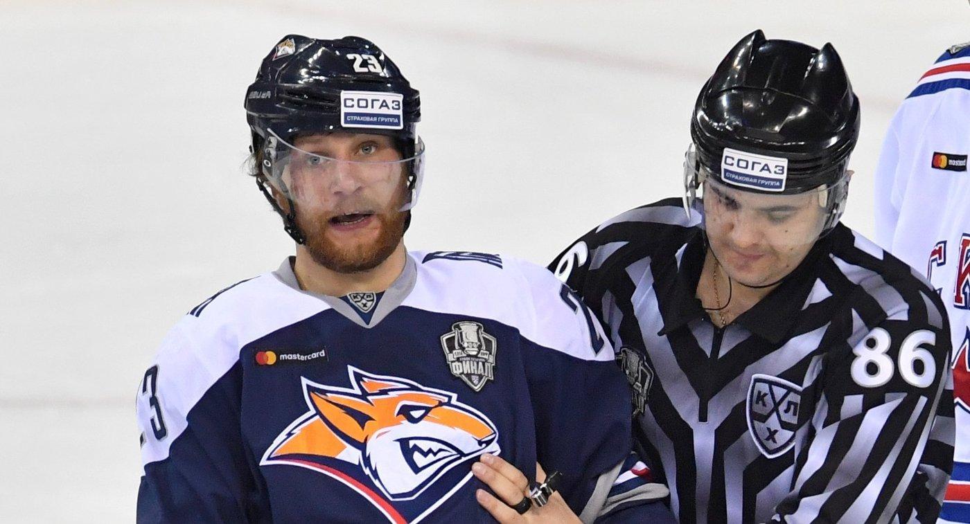 Форвард Металлурга Евгений Тимкин (слева) и линейный судья Дмитрий Сивов