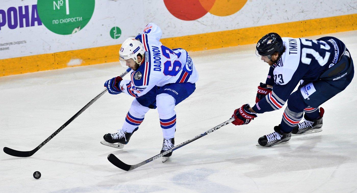 Форвард СКА Евгений Дадонов (слева) и нападающий Металлурга Евгений Тимкин