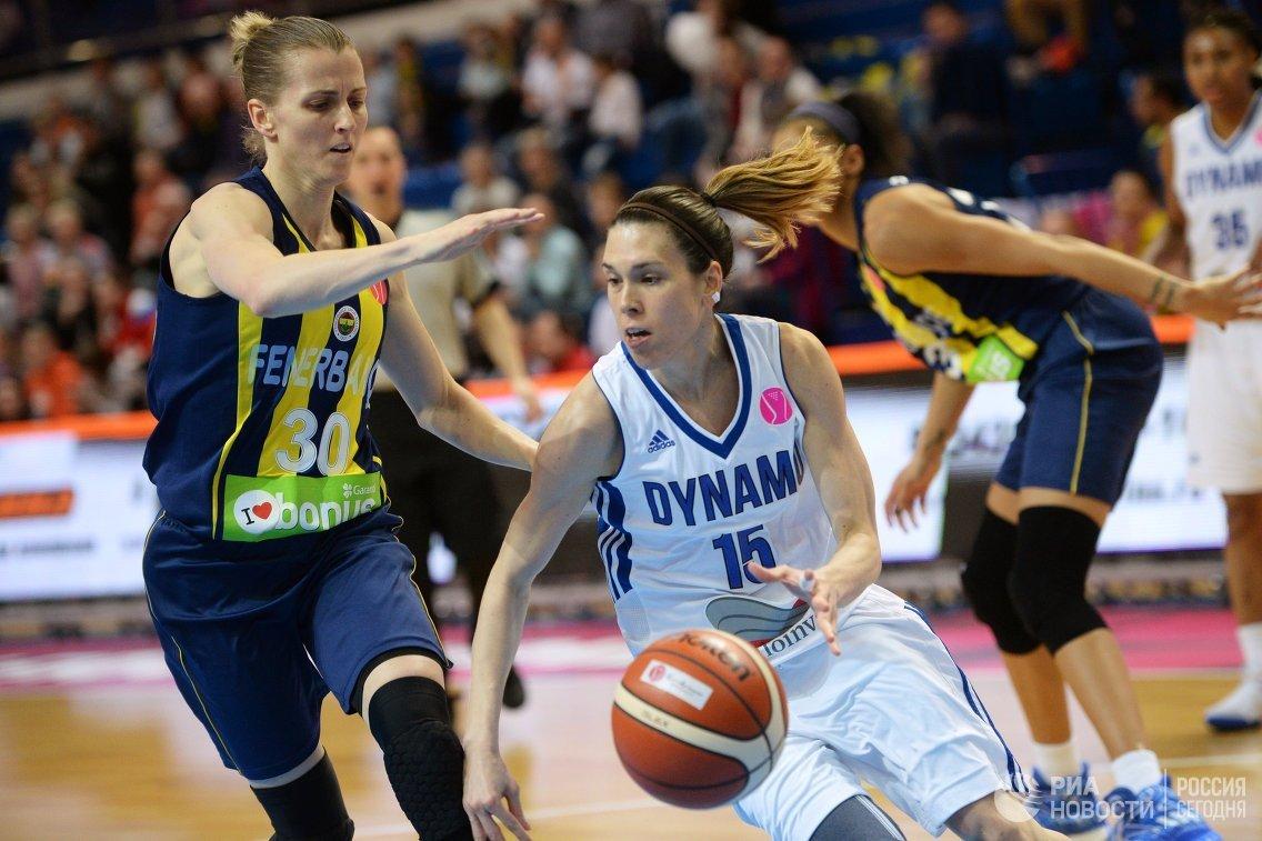 Защитник ЖБК Динамо (Курск) Анна Круз (справа) и защитник ЖБК Фенербахче Александрия Куигли