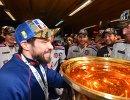 Хоккеисты СКА празднуют победу в раздевалке