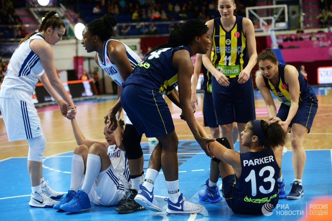 Игровой момент финального матча Финала Четырех женской Евролиги между ЖБК Динамо (Курск) и ЖБК Фенербахче