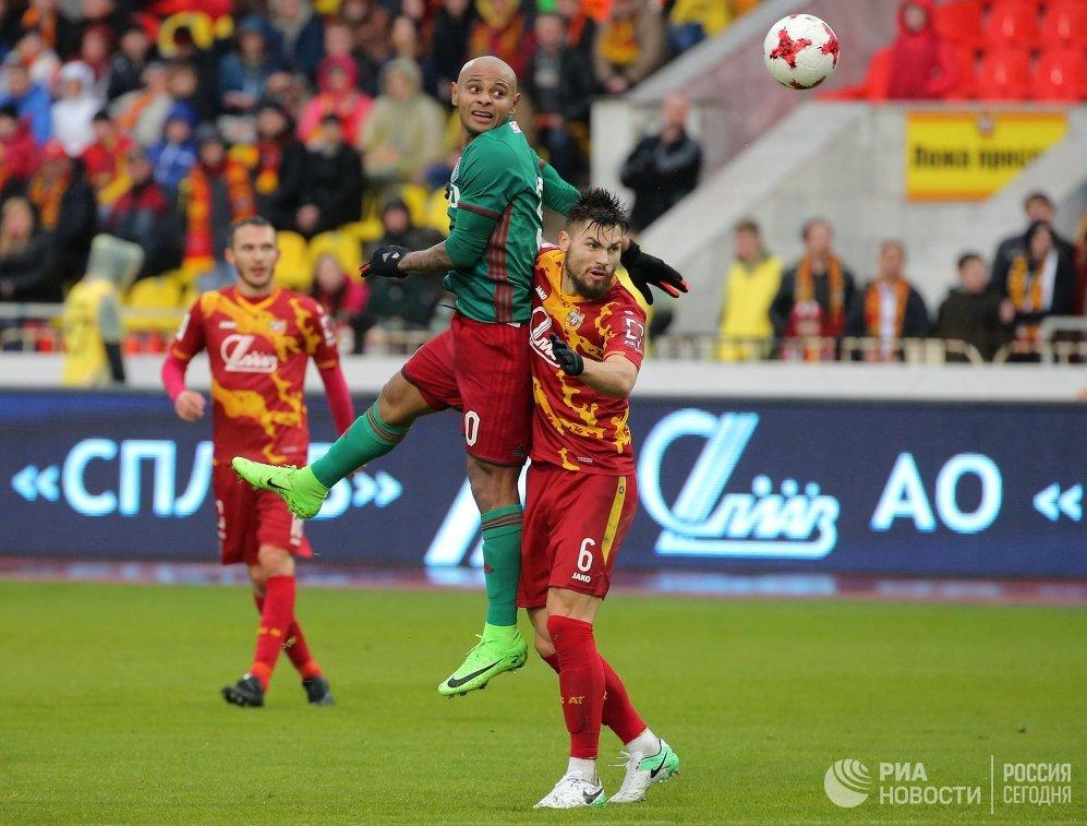 Нападающий Локомотива Ари (слева) и защитник Арсенала Максим Беляев