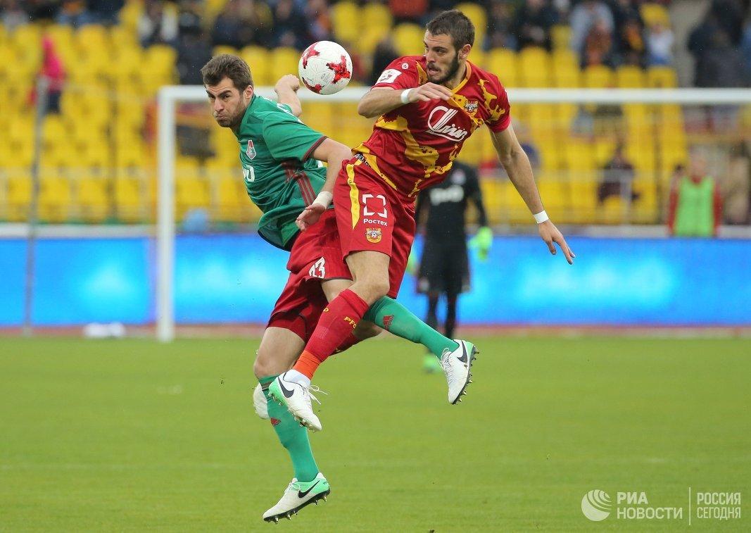 Защитник Локомотива Соломон Кверквелия (слева) и форвард Арсенала Федерико Расич
