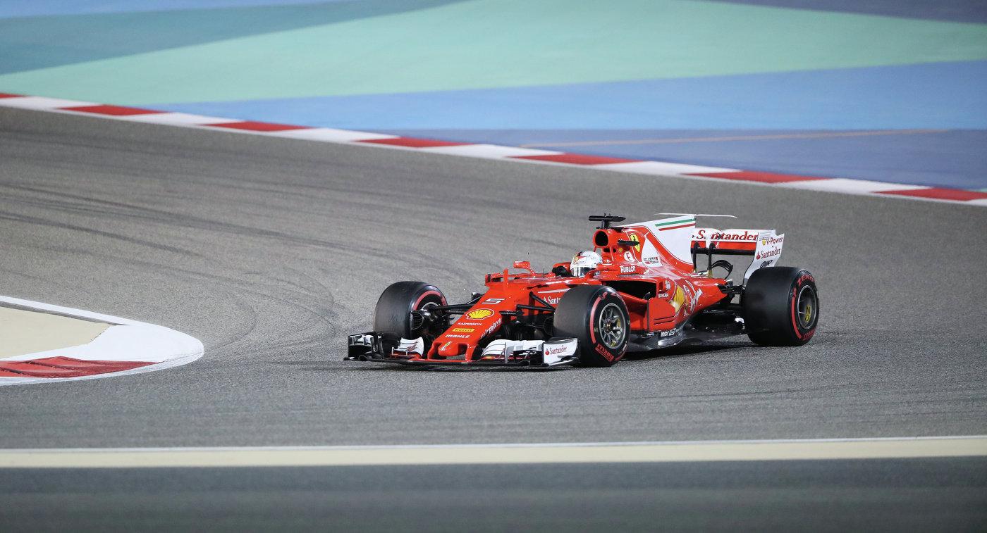 Пилот Феррари Себастьян Феттель на дистанции Гран-при Бахрейна