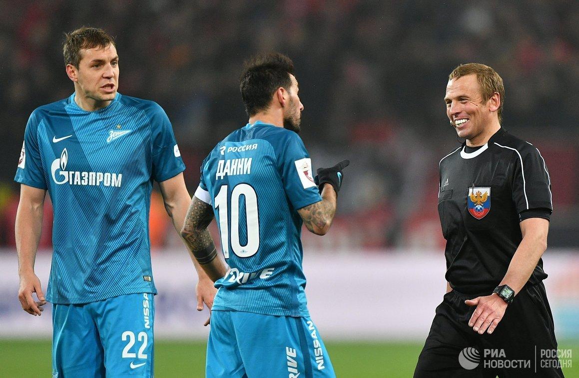 Футболисты ЗенитаАртём Дзюба и Мигел Данни и главный судья Александр Егоров (слева направо)