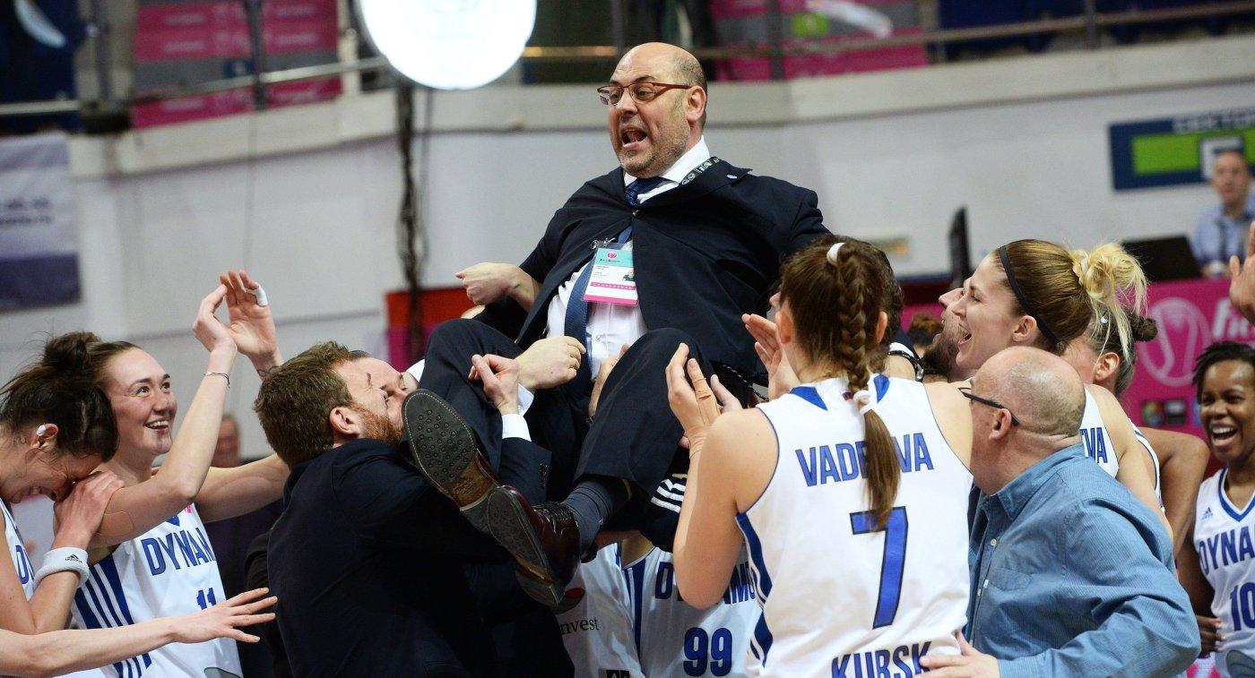 Главный тренер БК Динамо Лукас Мондело (в центре) и игроки клуба