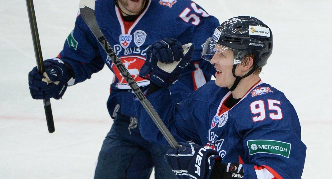 Хоккеисты Торпедо Сергей Демагин и Вячеслав Кулемин (слева направо) радуются заброшенной шайбе