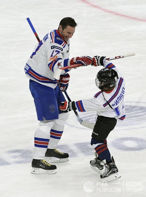 Нападающий СКА Илья Ковальчук (слева) в товарищеском матче, приуроченном к празднованию победы ХК СКА в Кубке Гагарина