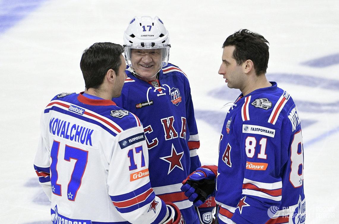 Форвард СКА Илья Ковальчук, президент СКА Геннадий Тимченко и вице-президент хоккейного клуба СКА Роман Ротенберг (слева направо)