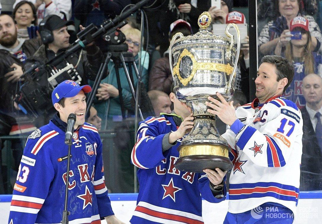 Хоккеисты СКА Павел Дацюк (слева) и Илья Ковальчук во время вручения Кубка Гагарина хоккеистам СКА