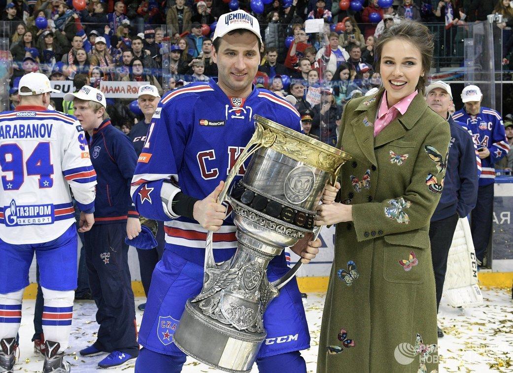 Вице-президент хоккейного клуба СКА Роман Ротенберг с Кубком Гагарина