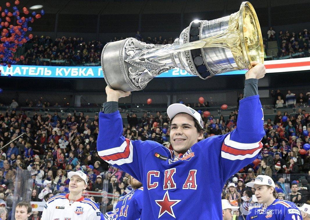 Защитник СКА Артём Зуб с Кубком Гагарина