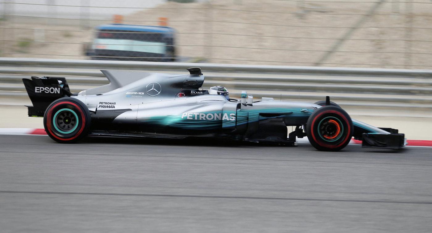 Пилот Мерседеса Вальттери Боттас во время тестовых заездов Формулы-1 в Бахрейне