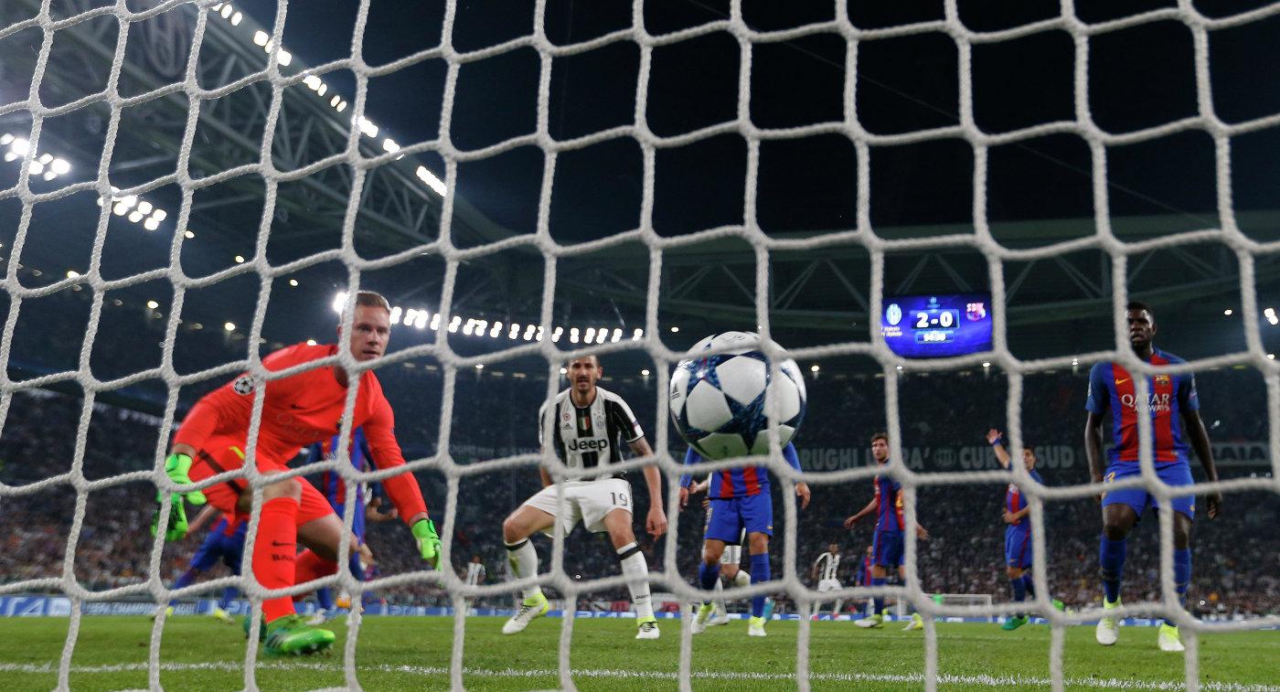 Игровой момент первого матча 1/4 финала Лиги чемпионов между Ювентусом и Барселоной