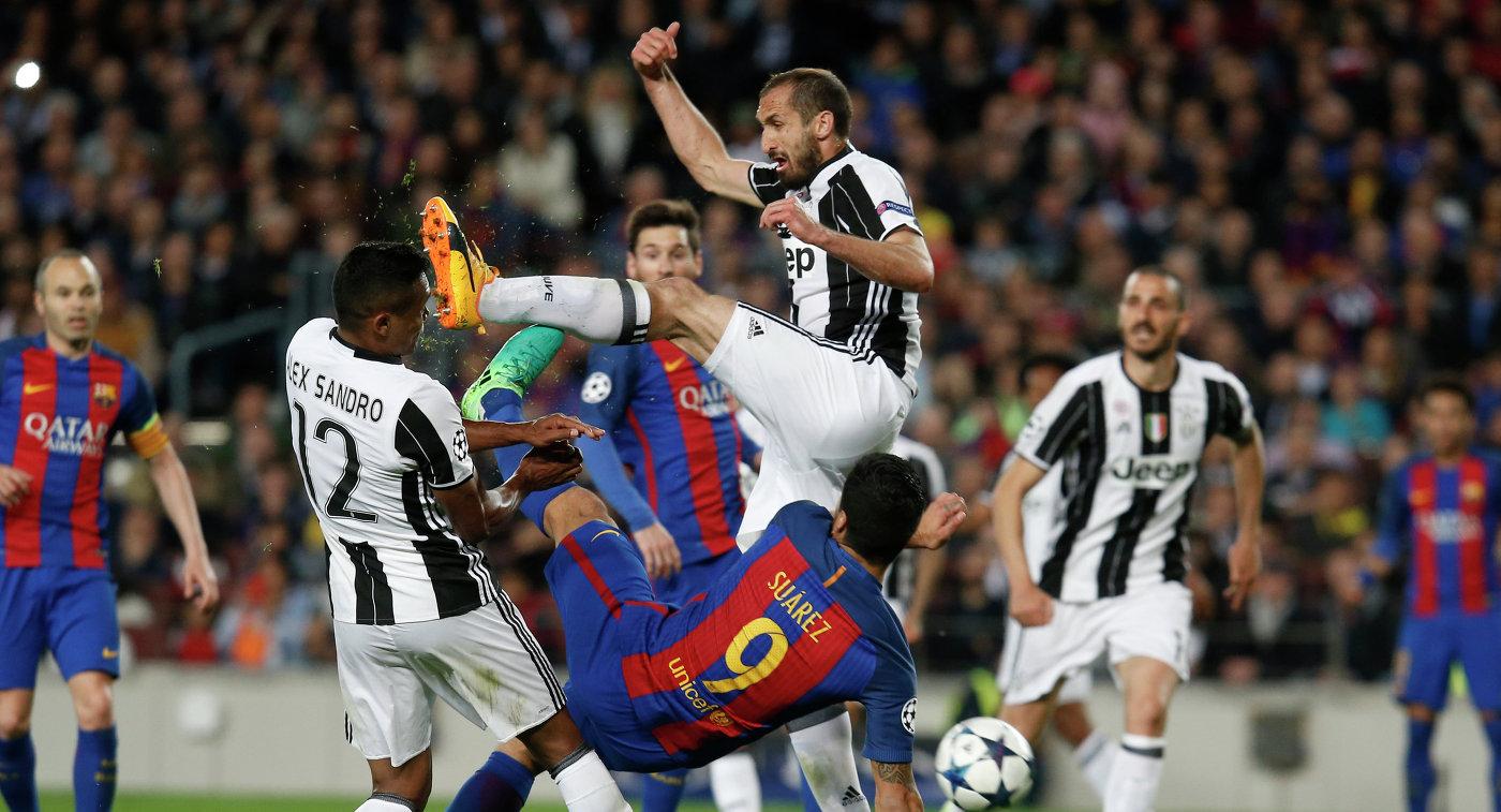 Игровой момент матча Барселона - Ювентус