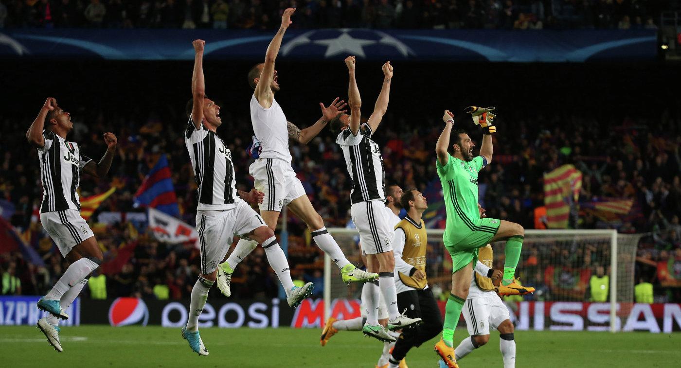 Футболисты Ювентуса после окончания второго матча 1/4 финала ЛЧ с Барселоной
