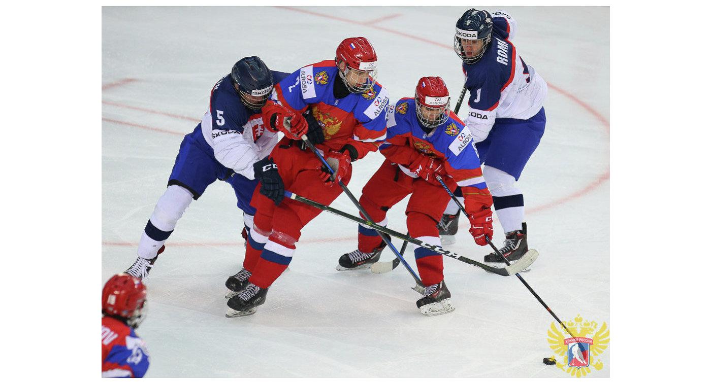 Игровой момент матча юниорского чемпионата мира по хоккею между сборными России и Словакии