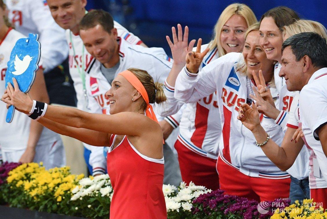 Елена Веснина (слева) фотографируется