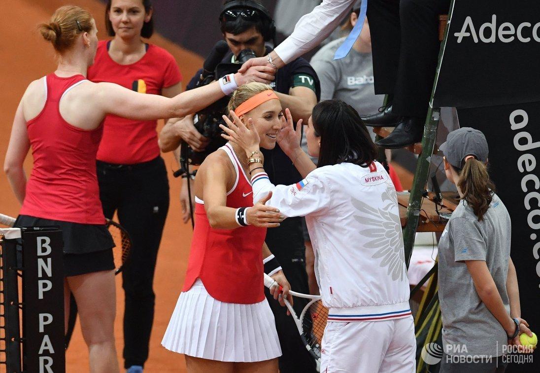 Капитан женской сборной России по теннису Анастасия Мыскина поздравляет Елену Веснину (в центре) с победой