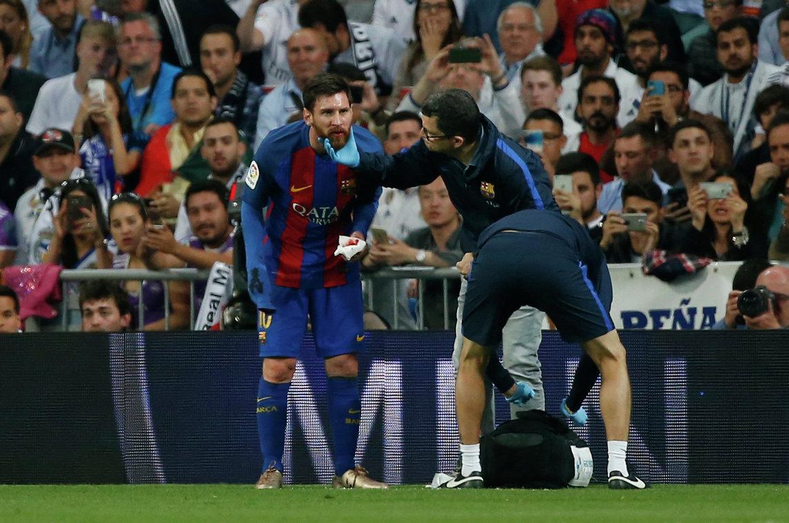 Нападающий Барселоны Лионель Месси (слева)