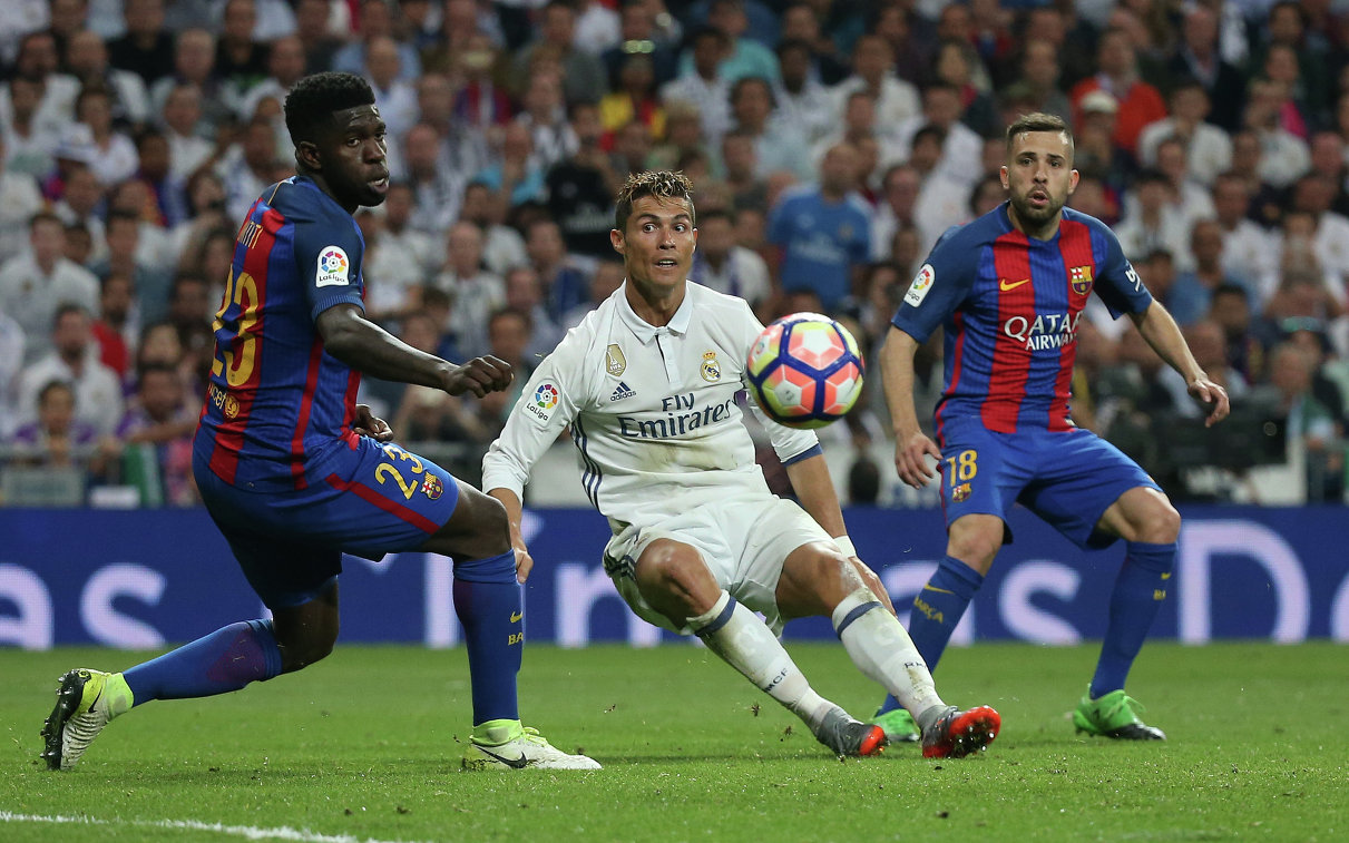 Защитник Барселоны Самюэль Юмтити, нападающий Реала Криштиану Роналду и защитник Барселоны Жорди Альба (слева направо)
