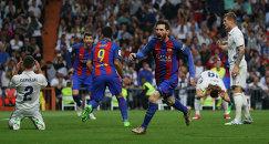 """Нападающий """"Барселоны"""" Лионель Месси (второй справа) радуется голу"""