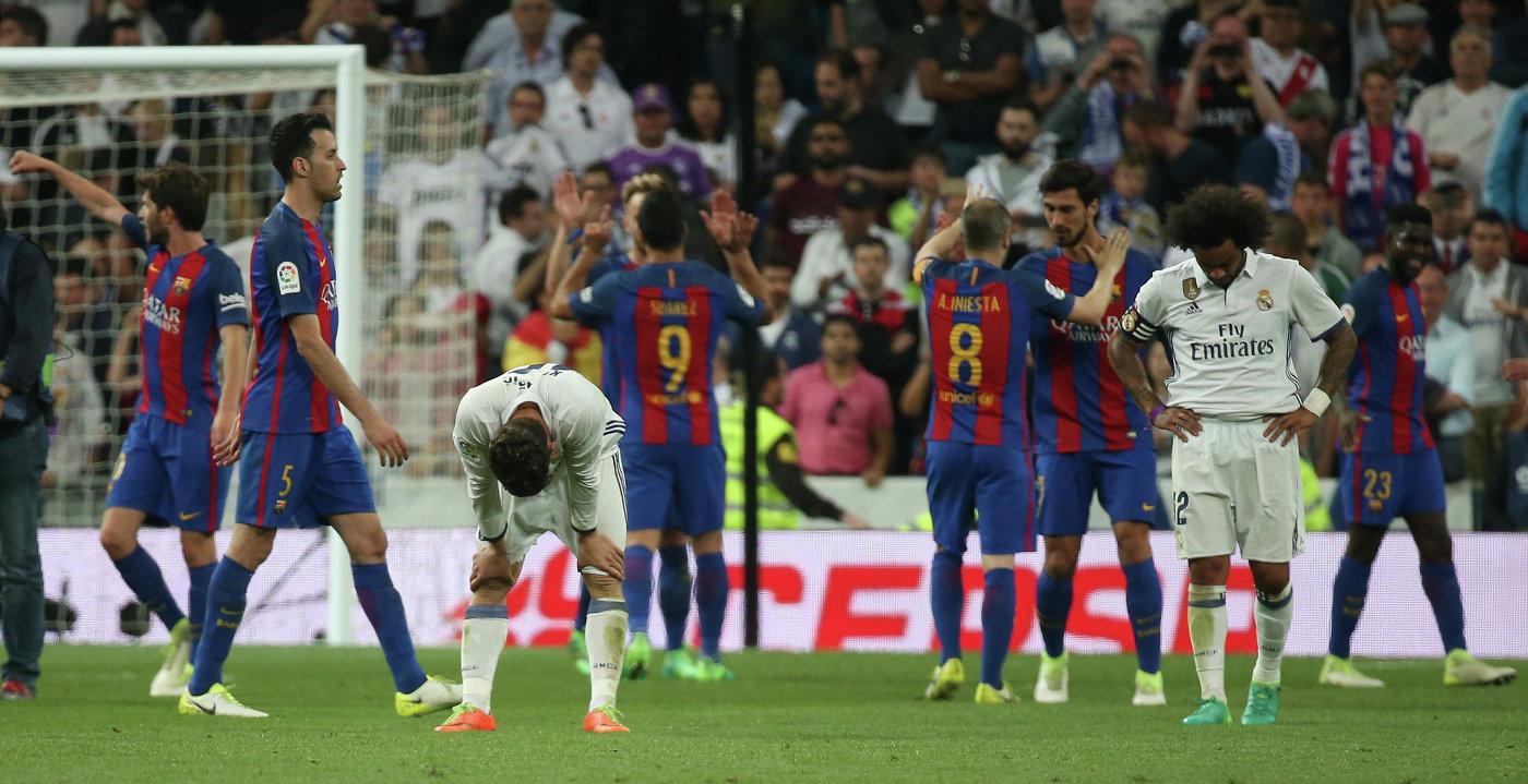 Футболисты Барселоны (на дальнем плане) радуются победе