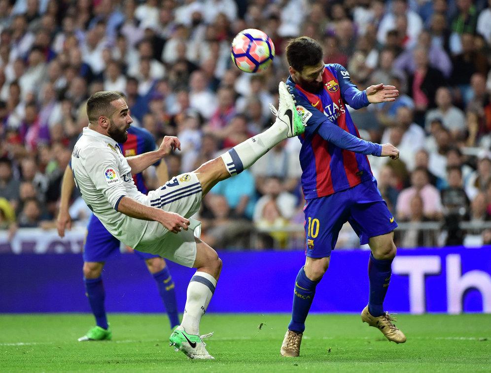 Защитник Реала Даниэль Карвахаль (слева) и форвард Барселоны Лионель Месси
