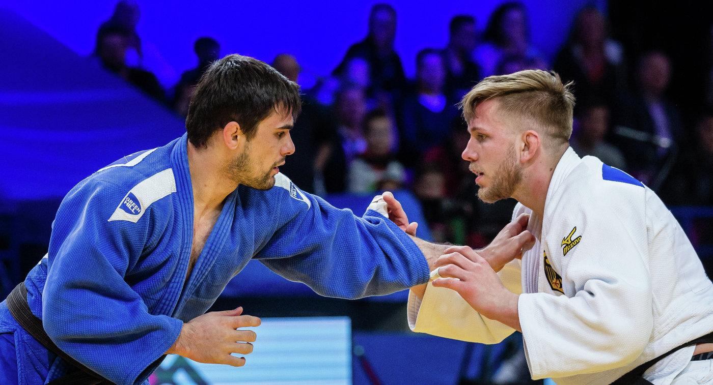 Россиянин Алан Хубецов (слева) во время финальной схватки чемпионата Европы-2017