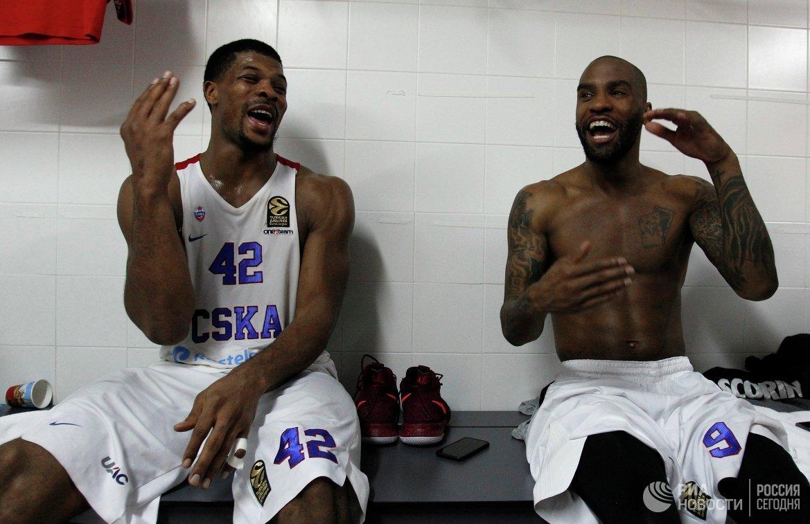 Баскетболисты ЦСКА Кайл Хайнс и Аарон Джексон (справа)