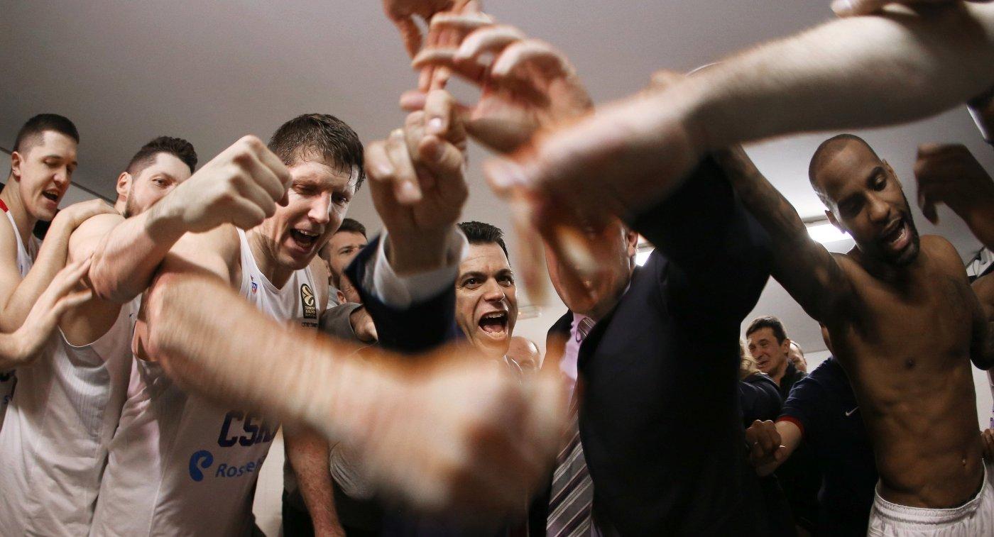Главный тренер ПБК ЦСКА Димитрис Итудис (в центре)