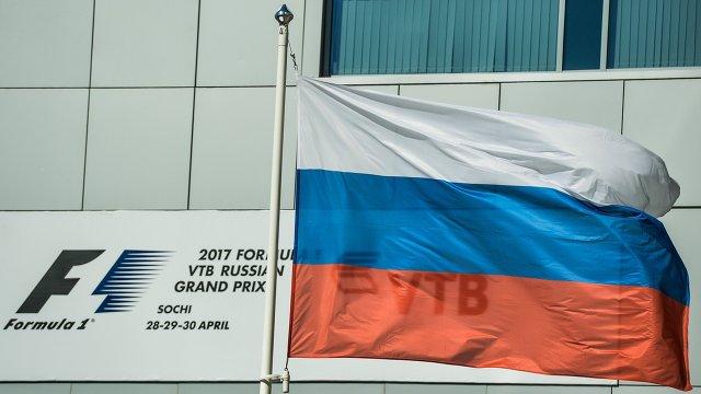 Флаг России в паддоке Сочи Автодрома