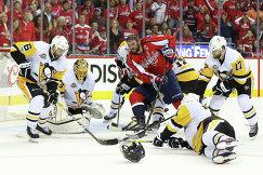 Нападающий Вашингтона Александр Овечкин (в центре) в окружении хоккеистов Питтсбурга