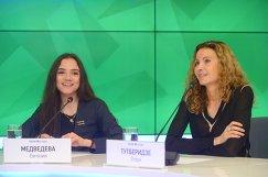 Евгения Медведева (слева) и ее тренер Этери Тутберидзе