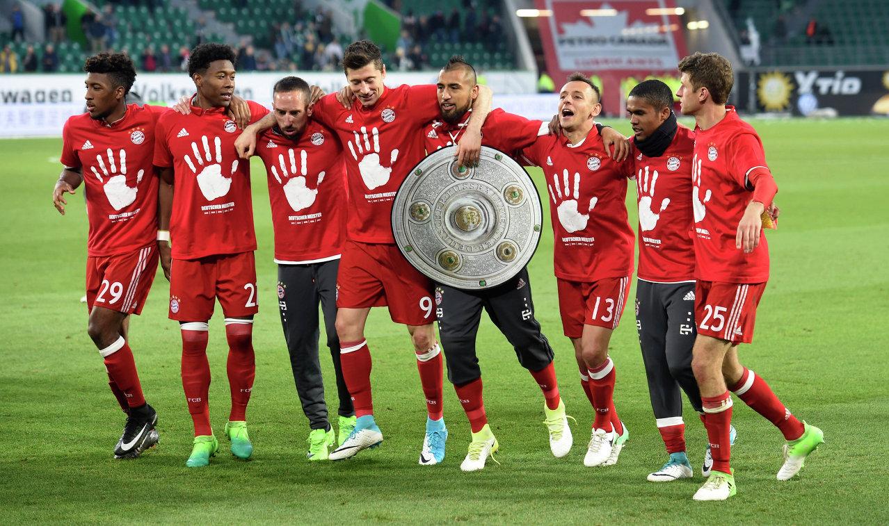 Футболисты мюнхенской Баварии, в пятый раз подряд выигравшие чемпионат Германии