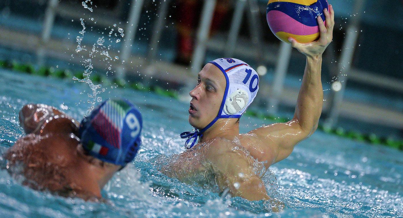 Игрок сборной России по водному поло Дмитрий Холод (справа)