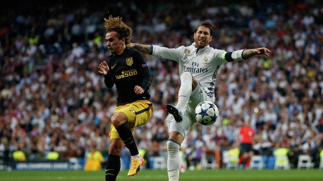 Защитник Реала Серхио Рамос (справа) и нападающий Атлетико Антуан Гризманн
