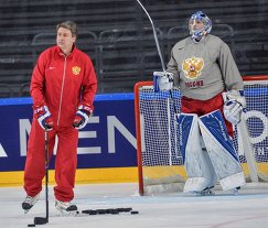 Тренер сборной России Харийс Витолиньш (слева) и вратарь сборной России Андрей Василевский