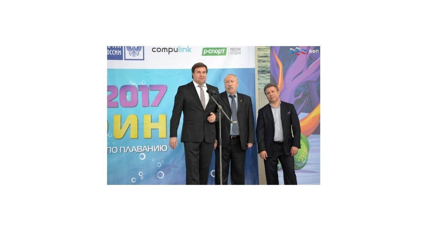 Президент ВФП Владимир Сальников (слева) на всероссийских соревнованиях по плаванию Веселый дельфин
