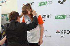 Президент ВФП Владимир Сальников (слева) награждает призеров всероссийских соревнований по плаванию Веселый дельфин