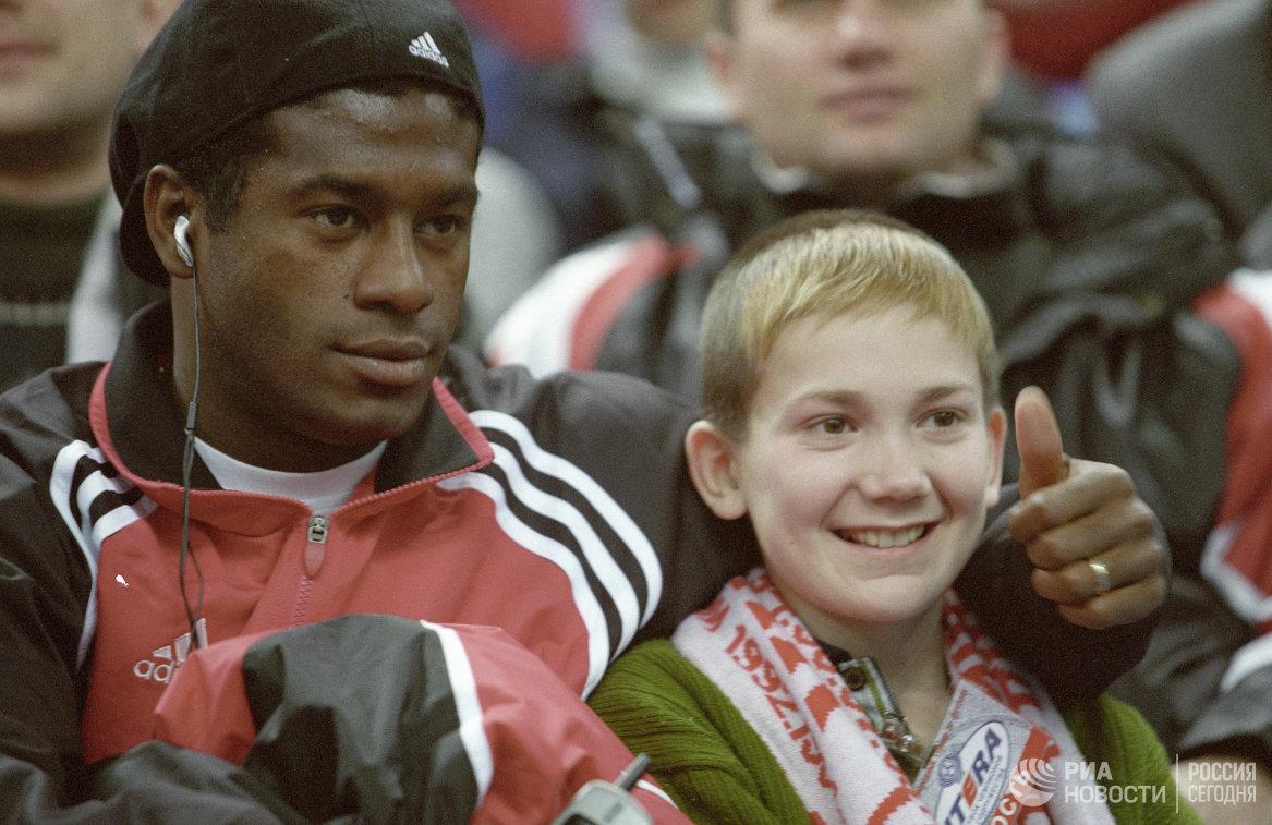Нападающий футбольной команды Спартак Луис Робсон (слева)