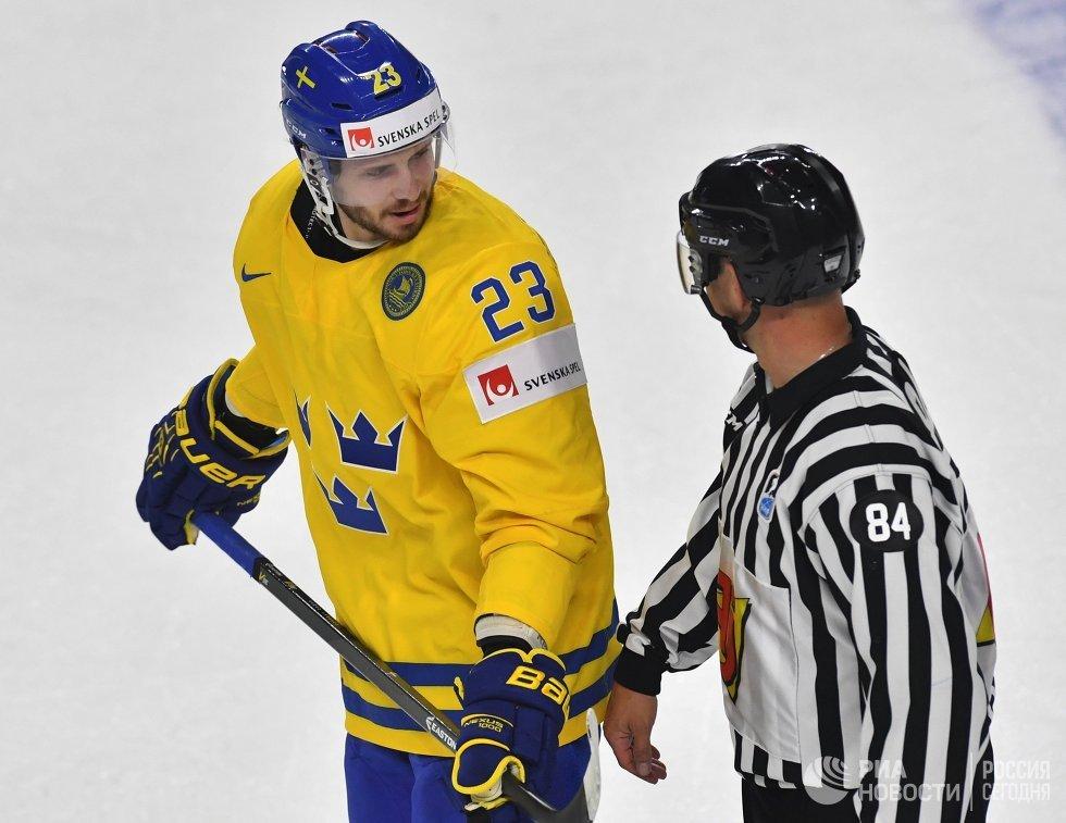Защитник сборной Швеции Оливер Экман-Ларссон (слева)