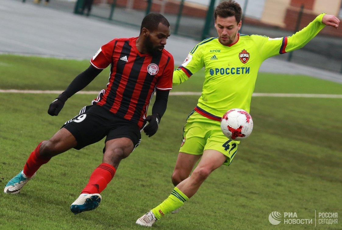 Защитник Амкара Брайн Идову (слева) и защитник ЦСКА Георгий Щенников