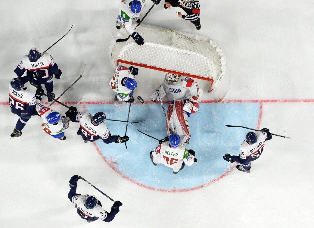 Игровой момент матча группового этапа чемпионата мира по хоккею 2017 между сборными Словакии и Италии