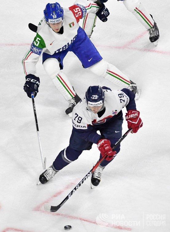 Форвард сборной Словакии Либор Гудачек (на первом плане) и защитник сборной Италии Лука Дзанатта