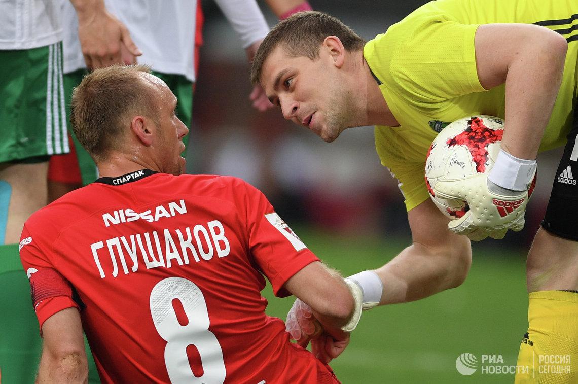 Полузащитник Спартака Денис Глушаков (слева) и вратарь Томи Алексей Солосин