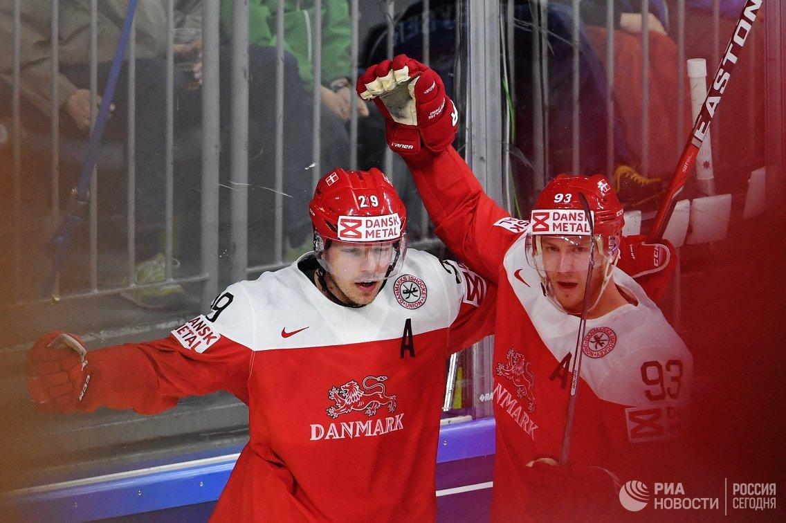 Нападающие сборной Дании Мортен Мадсен (слева) и Петер Регин