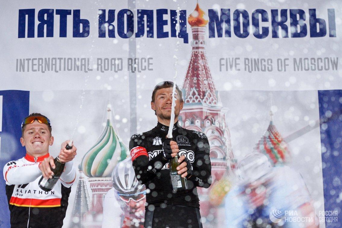 Матвей Зубов (в центре)